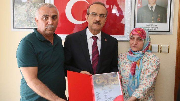Vali Seddar Yavuz, Şehit Ailesine Şehadet Belgesini Takdim Etti