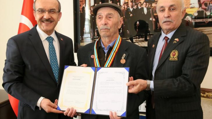 Vali Yavuz, Kore Gazisine Madalya ve Beratını Takdim Etti