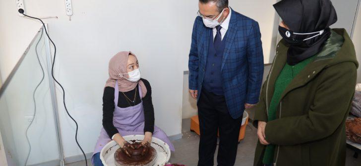 Rektör Akdoğan, Seramik ve Cam Atölyesinde İncelemelerde Bulundu